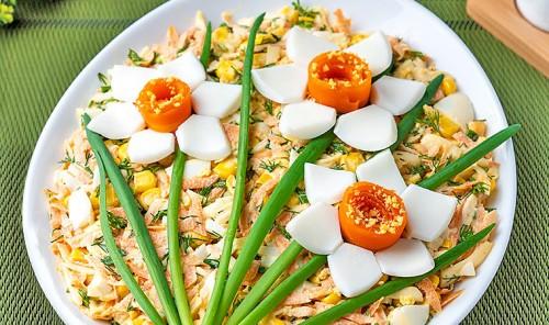 Салат с морковью, кукурузой и сыром «Цветы»