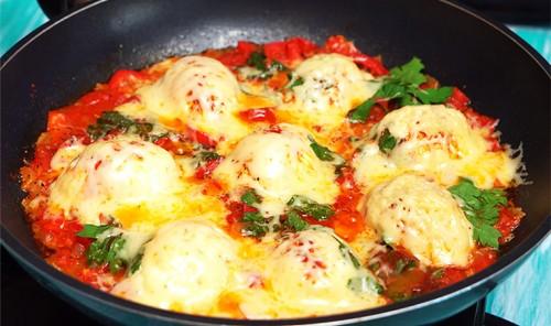 Вареные яйца с сыром и овощами на сковороде