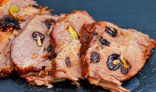 Пряная свинина с черносливом в духовке