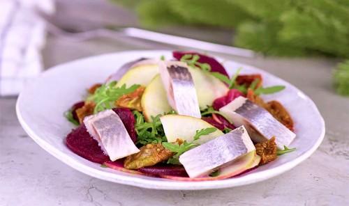 Салат с сельдью, свеклой и яблоками