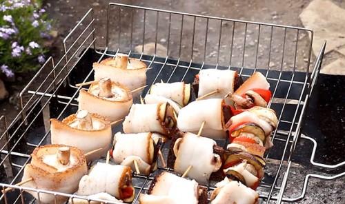 Закуски из сала, грибов и овощей на углях