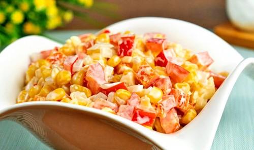 Салат с кукурузой и маринованным луком