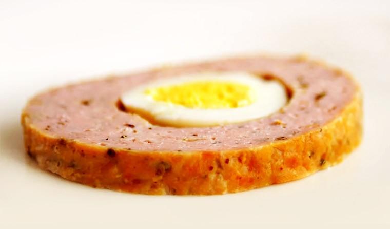 Рулет из мясного фарша с яйцом