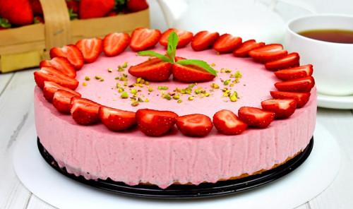 Муссовый торт с творогом и клубникой