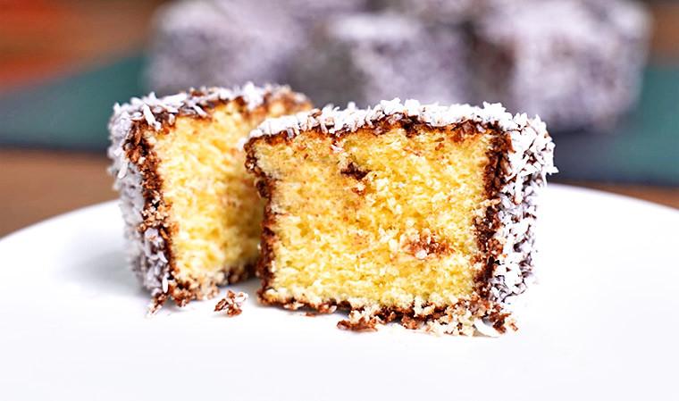 Пирожные в шоколадной глазури с кокосовой стружкой
