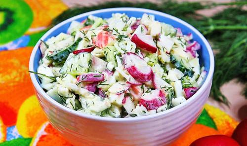 Салат с редисом, яйцами и крабовыми палочками
