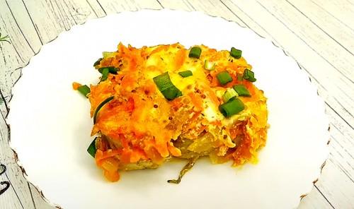 Минтай с морковью и луком, запеченный в сметанно-горчичном соусе
