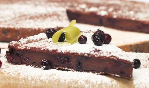 Постный пирог с какао и смородиной