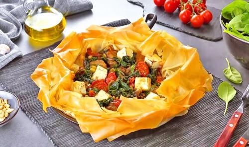Хрустящий пирог из теста фило с мясом и овощами