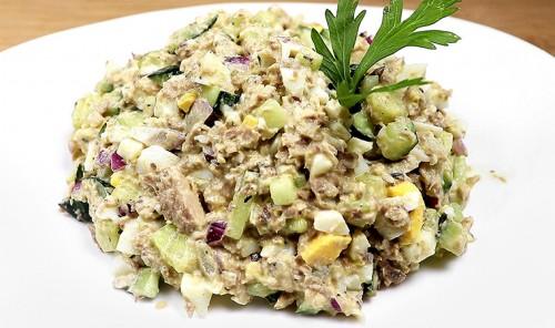 Салат с консервированной сайрой, огурцом и яйцами