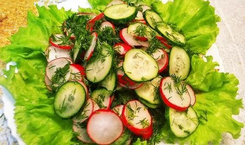 Легкий весенний салат из огурцов и редиса