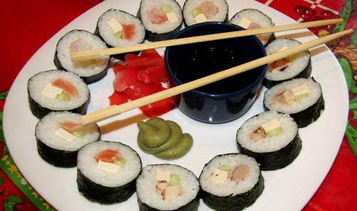 Суши с курицей, красной рыбой и креветками
