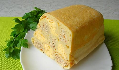 Шахматный блинный пирог с мясом и сыром