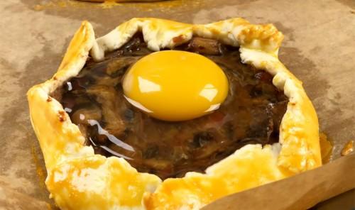 Галета с грибами, яйцом и беконом