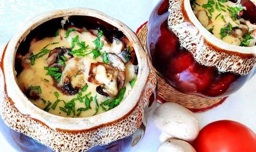 Горшочки с копченым куриным окорочком, картофелем и грибами