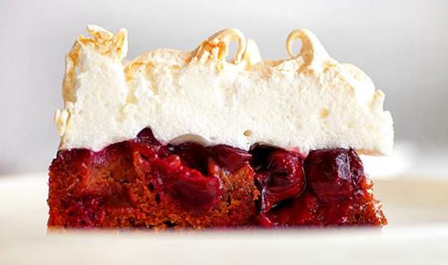 Вишнёвый пирог с меренгой