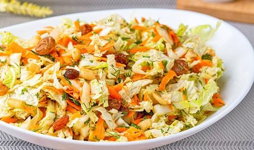 Салат с пекинской капустой, изюмом и арахисом