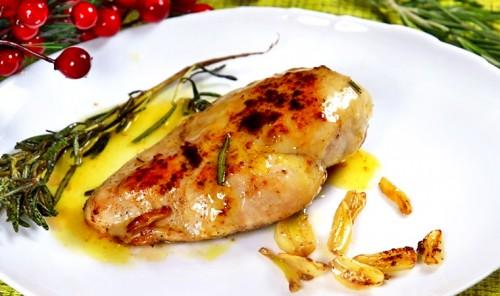 Куриная грудка с чесноком и розмарином на сковороде