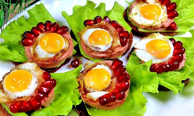 Бутерброды с куриным паштетом и перепелиным яйцом