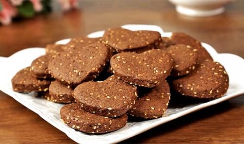 Быстрое шоколадное печенье с кунжутом