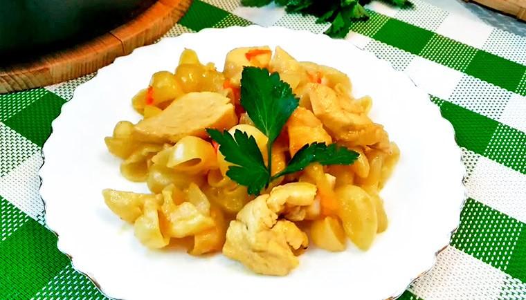 Куриная грудка с макаронами на сковороде