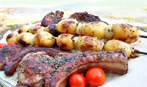 Свиная корейка в остро-чесночном соусе на углях