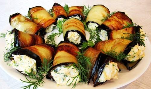 Рулетики из баклажанов с яйцом и сыром