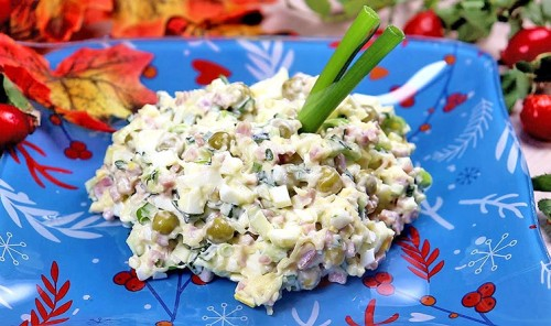 Салат с ветчиной, яйцами и зеленым горошком