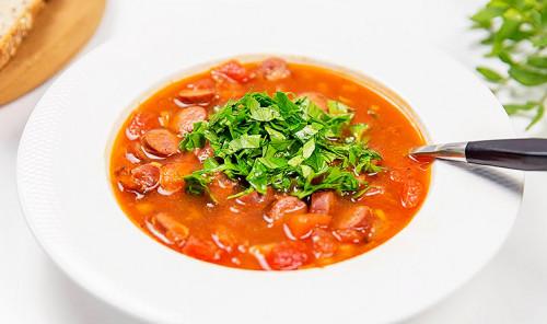 Суп с колбасой и фасолью