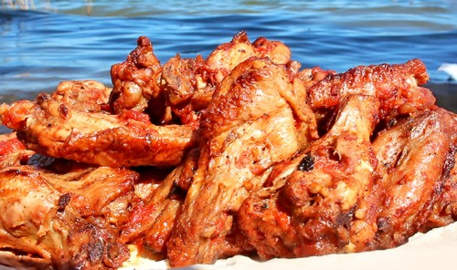 Острые куриные крылышки на углях
