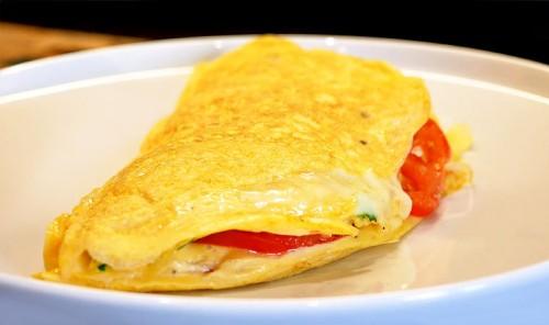 Слоеная яичница с помидорами и сыром