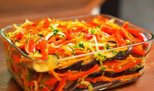 Маринованные баклажаны с луком, болгарским перцем, морковью и чесноком