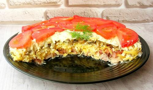Слоеный салат с курицей, грибами и сыром «Чикаго»