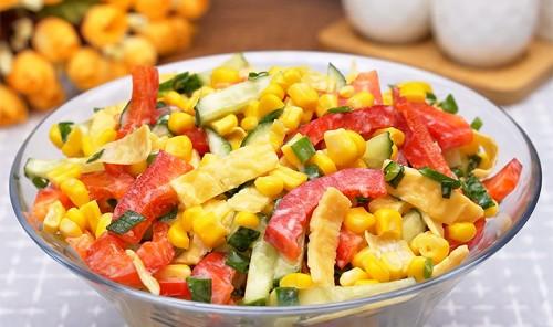 Салат с яйцами и консервированной кукурузой