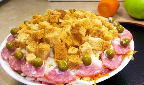 Праздничный салат с колбасой и сухариками