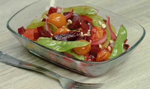Тёплый салат с печеной свеклой