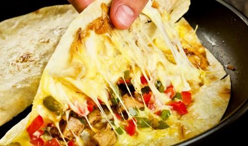 Кесадилья с курицей и сыром на сковороде