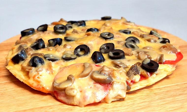 Пицца с грибами и маслинами на сковороде