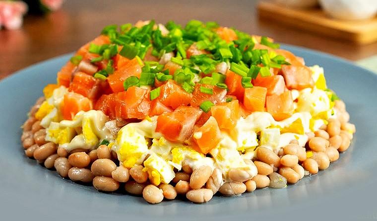 Салат с фасолью и красной рыбой «Красотка»