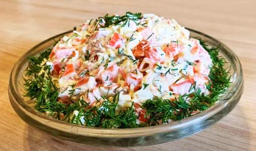 Салат с крабовыми палочками, помидорами и сыром «Весенний бриз»