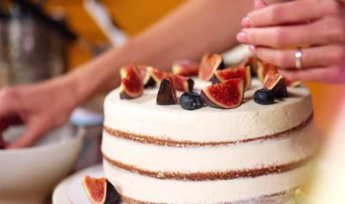Пряный торт с инжиром и голубикой