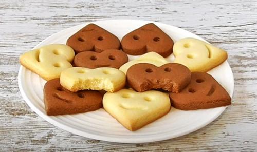 Сливочное и шоколадное печенье в форме сердца