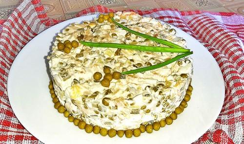 Салат с картофелем, копченым лососем и зеленым горошком