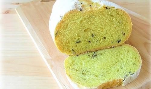 Пшеничный хлеб со сметаной и зеленым луком