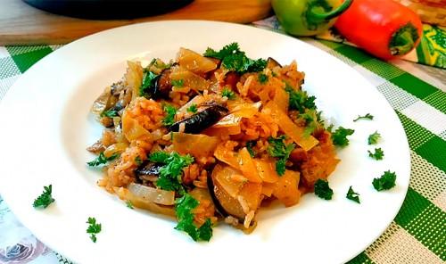 Рис с баклажанами и капустой на сковороде