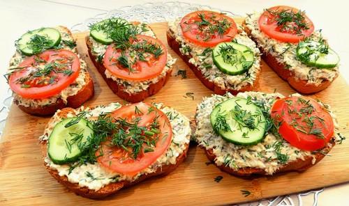 Бутерброды из рыбной консервы с яйцом и сыром