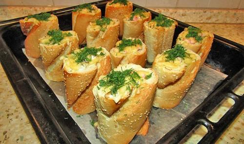 Горячая закуска в багете с колбасой и грибами