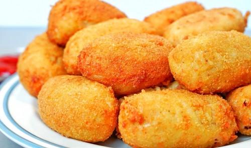 Картофельные пирожки с сосисками и сыром