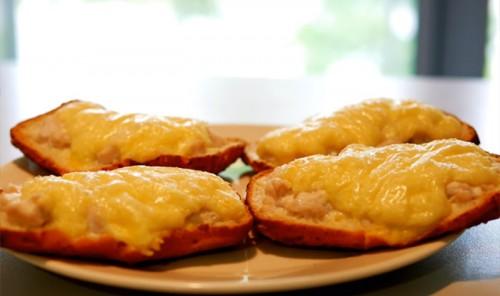 Горячие бутерброды с курицей и сыром в духовке