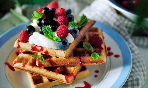Нежные вафли с ягодами
